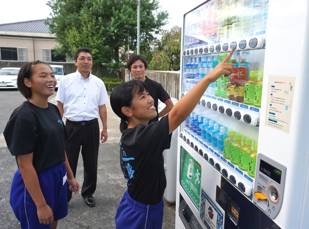 熱中症対策、発災にも効力/京田辺・大住中に飲料自販機設置