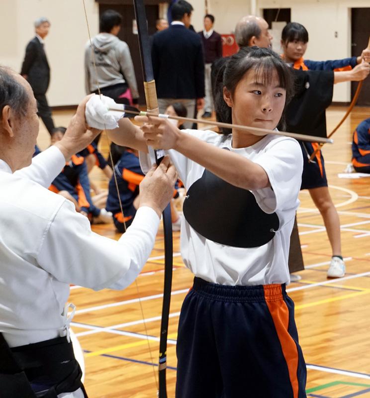 武道で「弓道」 心に的中/南宇治中で体験授業