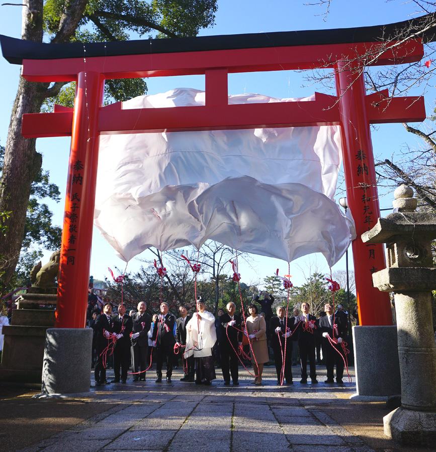 令和の大鳥居、完成披露/宇治神社で竣功式典