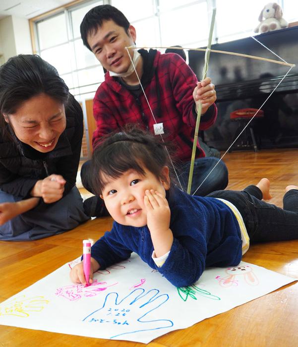 親子らにぎやかに歓声/京田辺・普賢寺児童館で和凧作り