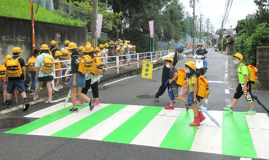 目立つ対策、児童「安全に」/城陽・横断歩道、緑色に