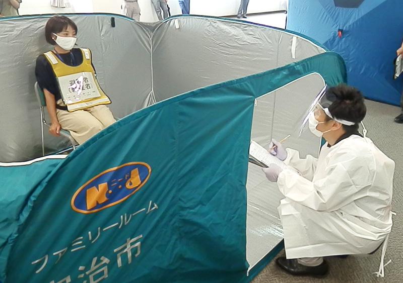 発熱確認後の動作、実践/宇治市 避難所のコロナ対応訓練