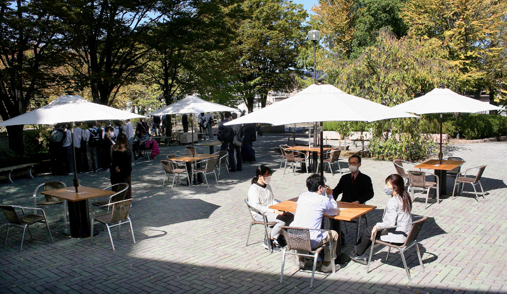 屋外でもゆっくりと…/文化パルク城陽玄関前「青空カフェ」