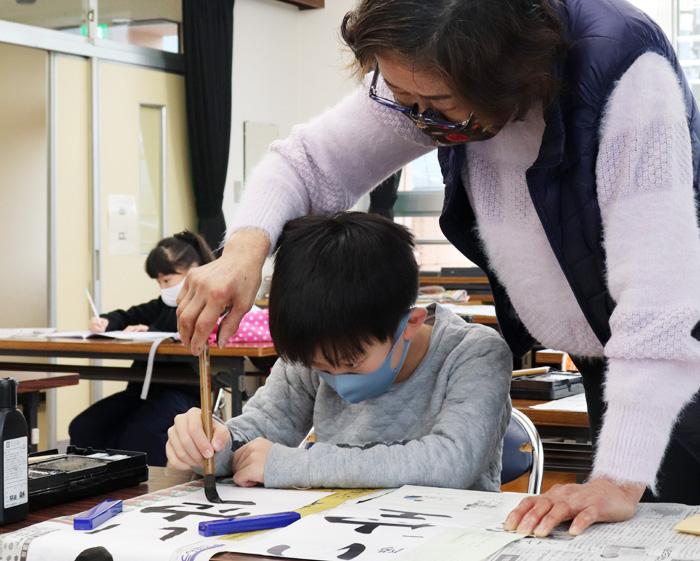 書道師範から手ほどき/井手・冬休み習字教室