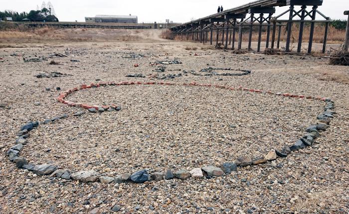砂州に〝地上絵〟出現/木津川「流れ橋」直下