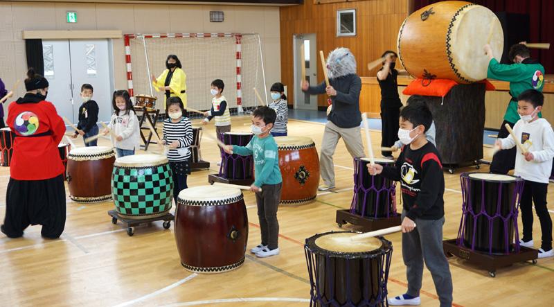 腹に響く!太鼓の音色/京田辺市桃園小で演奏&体験