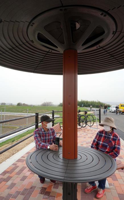 「傘型あずまや」が完成/久御山の木津川堤防