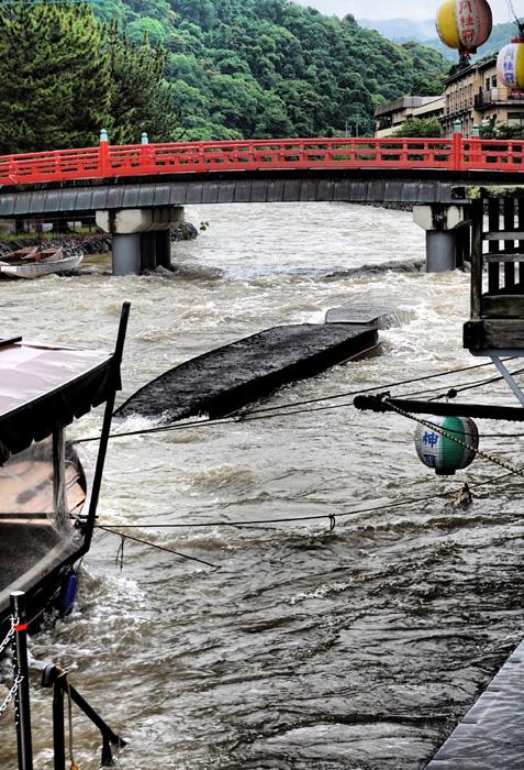 大雨の恐怖 屋形船が転覆、流出/宇治川
