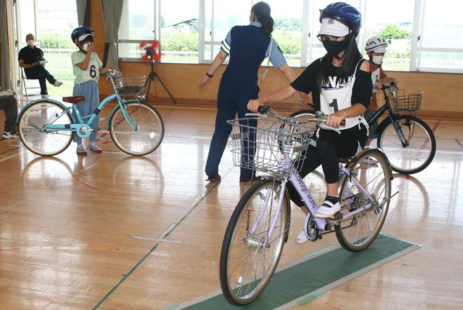 自転車運転免許に挑戦/城陽・今池小で交通安全教室