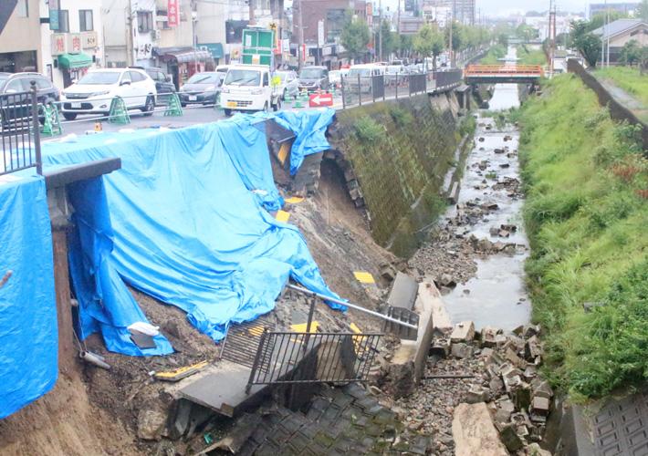 大雨で歩道が崩落/宇治・大久保駐屯地南側