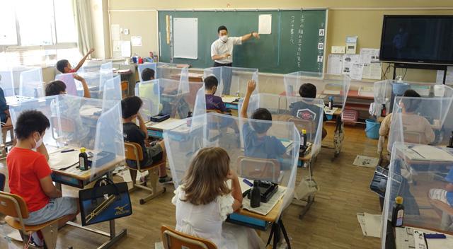 コロナ対策 教室の机に間仕切り/久御山の小中学校